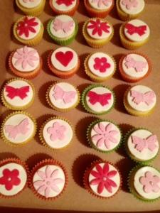 muffinid lillede ja liblikatega