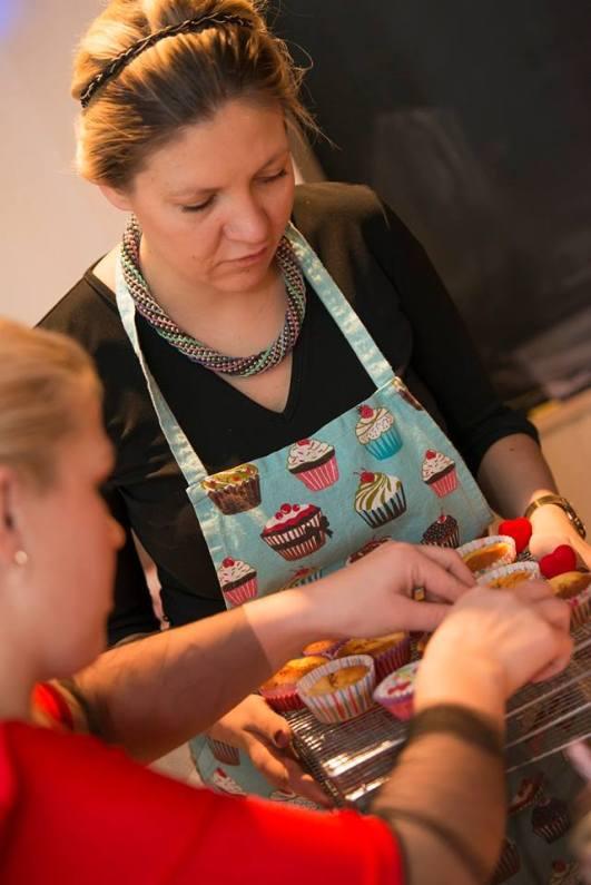 muffini valmistamist assisteerimas